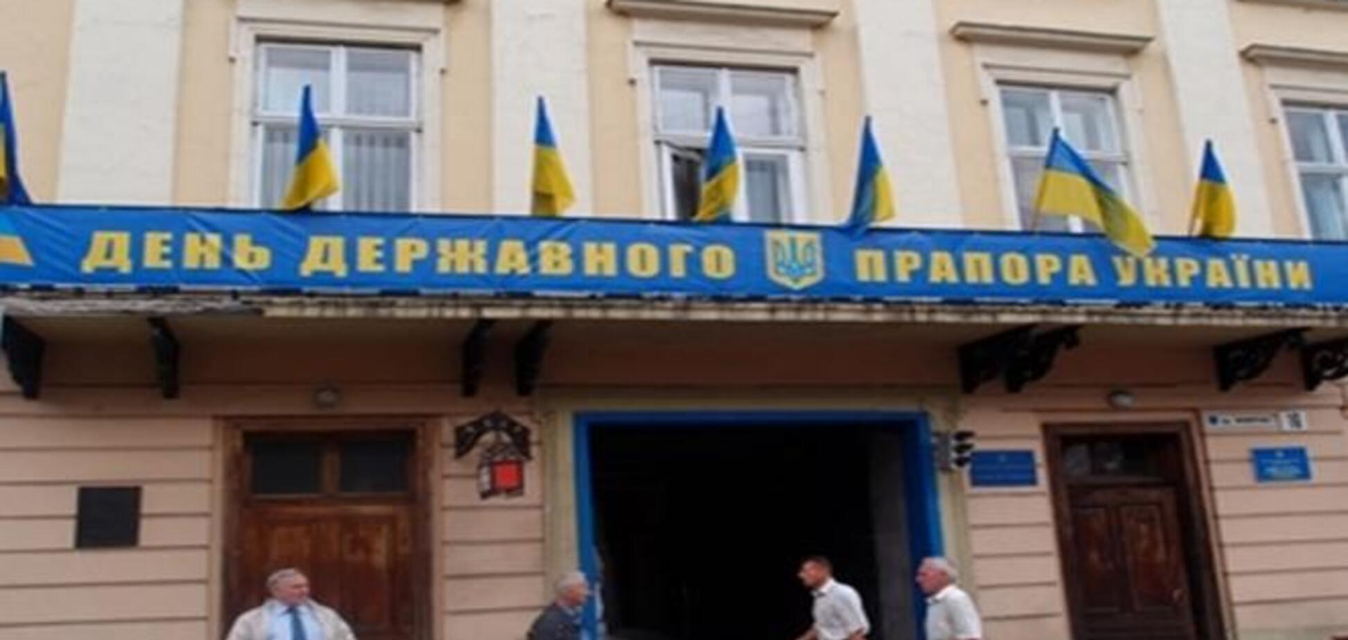 На здании Львовского облсовета вывесили неправильный герб Украины