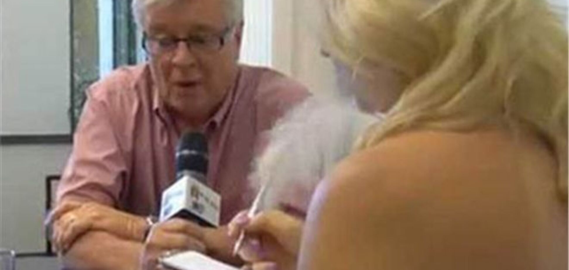 Журналистка разделась перед мэром во время интервью