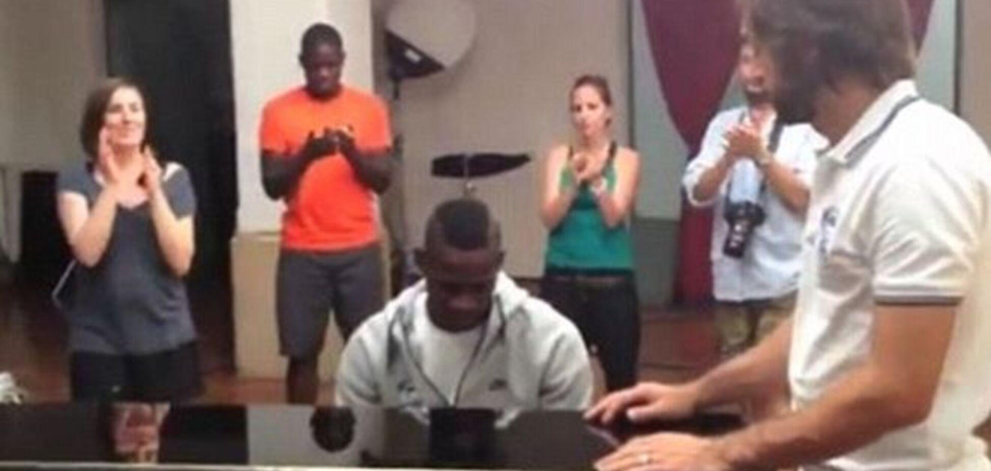 Скандальный итальянский форвард исполнил гимн на фортепиано