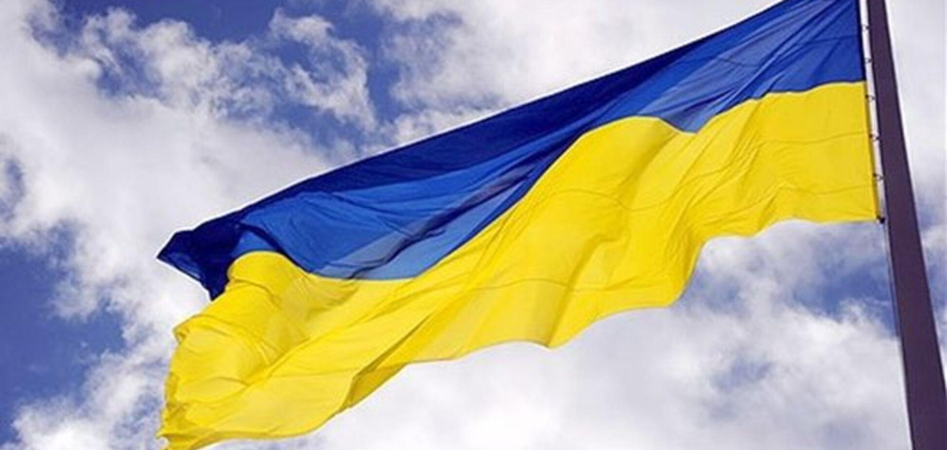 Реклама по-российски: 'стикер'-украинский флаг смывают в унитаз