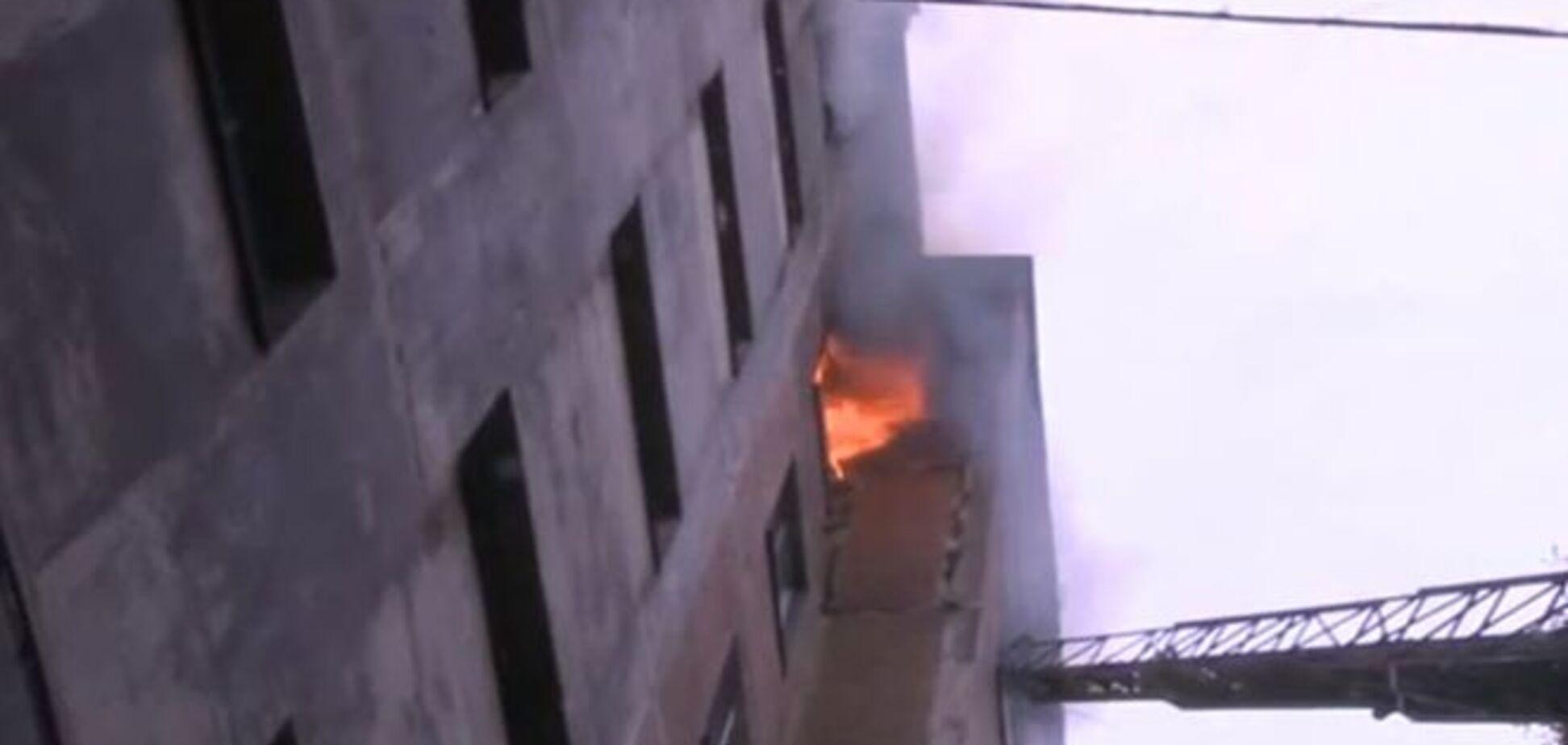 У Макіївці майже три години гасили пожежу у дев'ятиповерхівці: є жертви