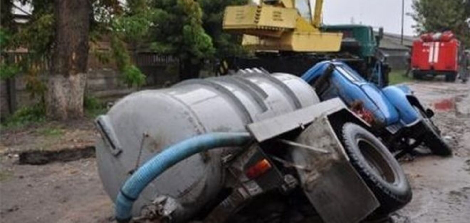 У Кіровограді рятувальники дістали з провалу автомобіль