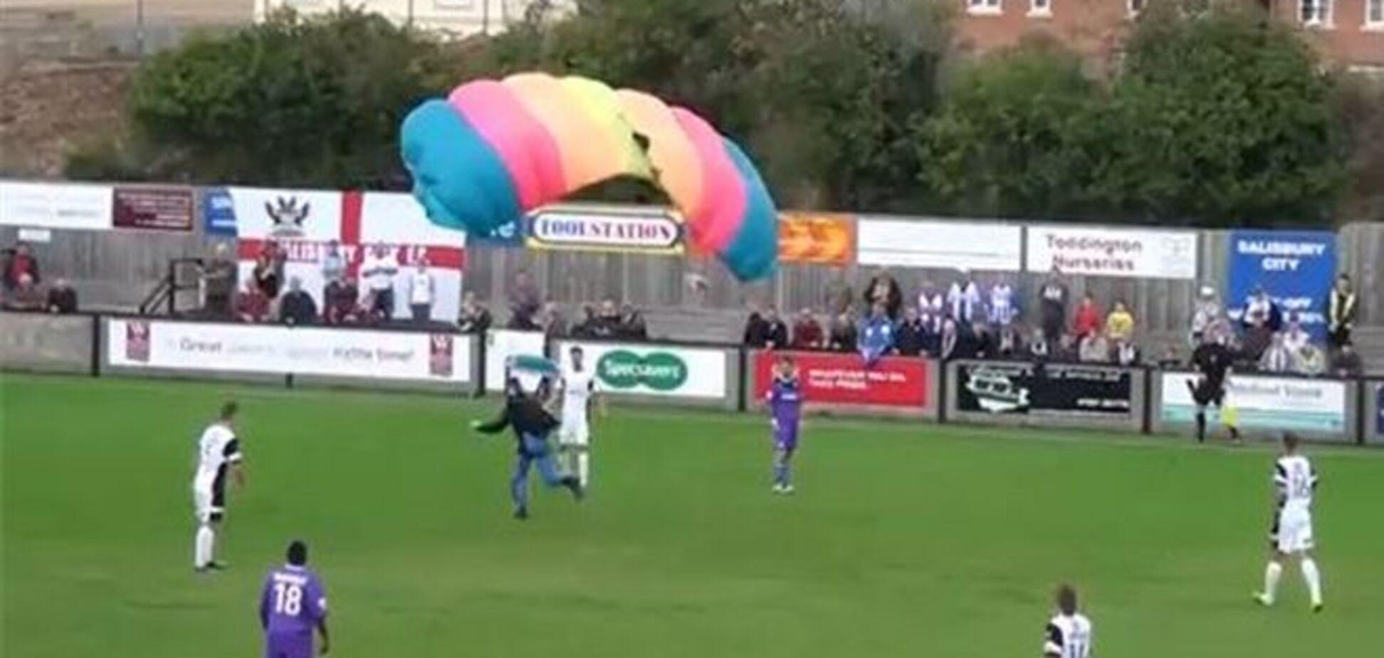 Футбольный матч прервали из-за приземления парашютиста