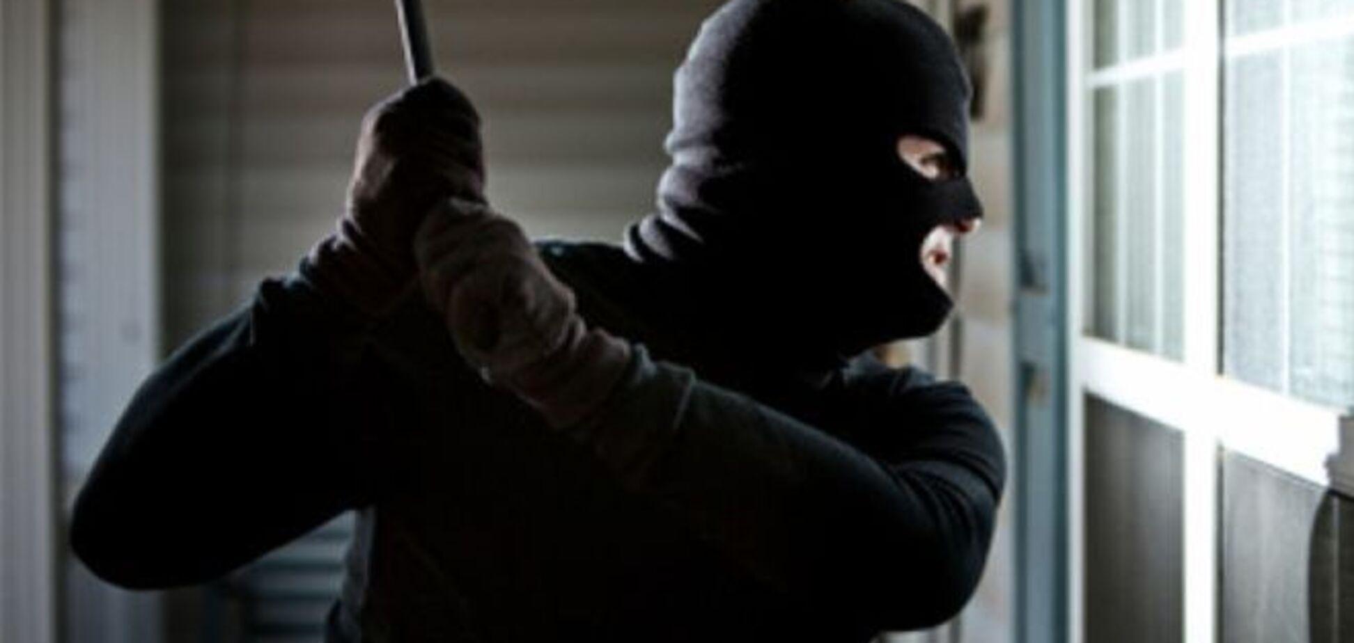 У Чернівцях за збройне пограбування ломбарду затримали жінку