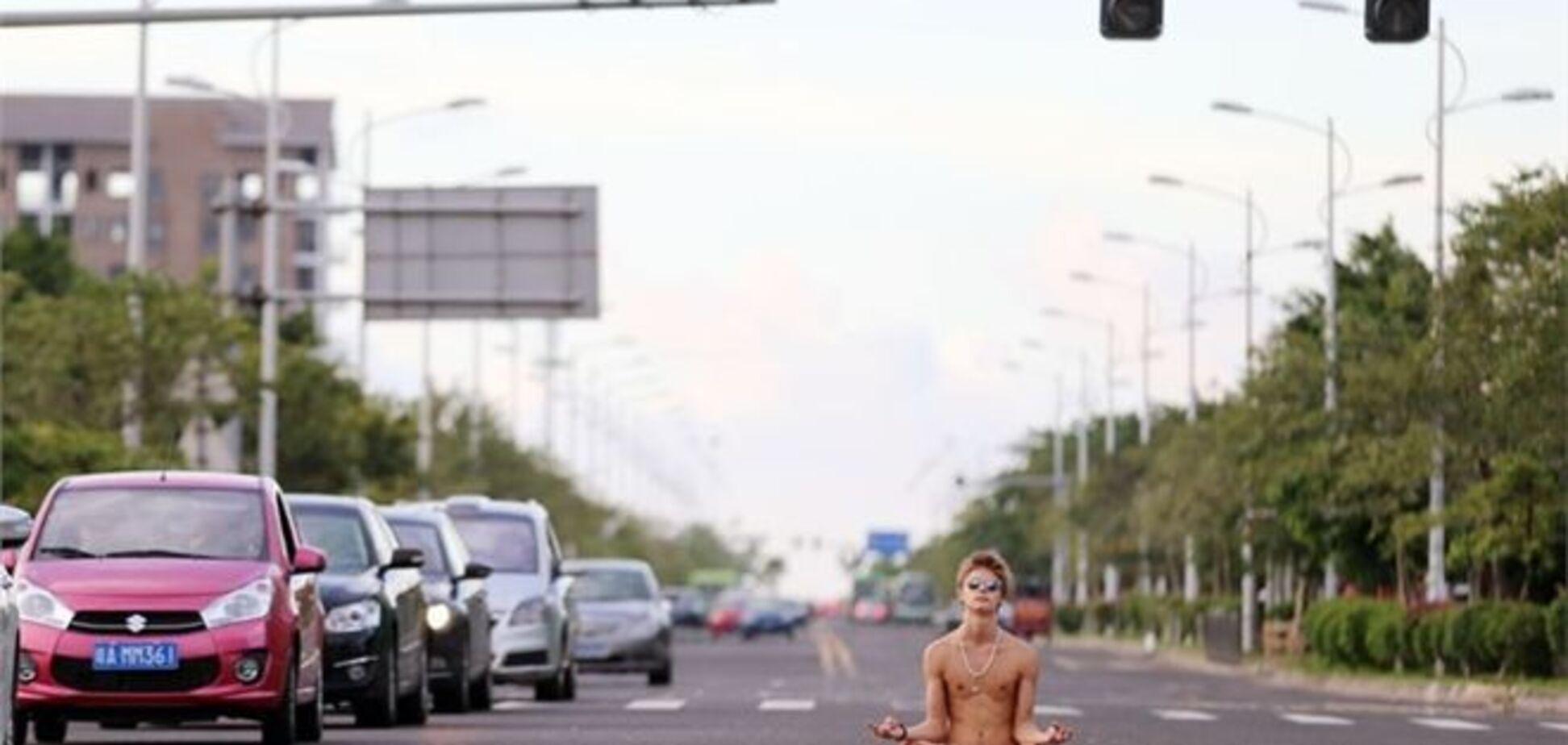 Російський студент шокував китайців 'голої медитацією' на дорозі