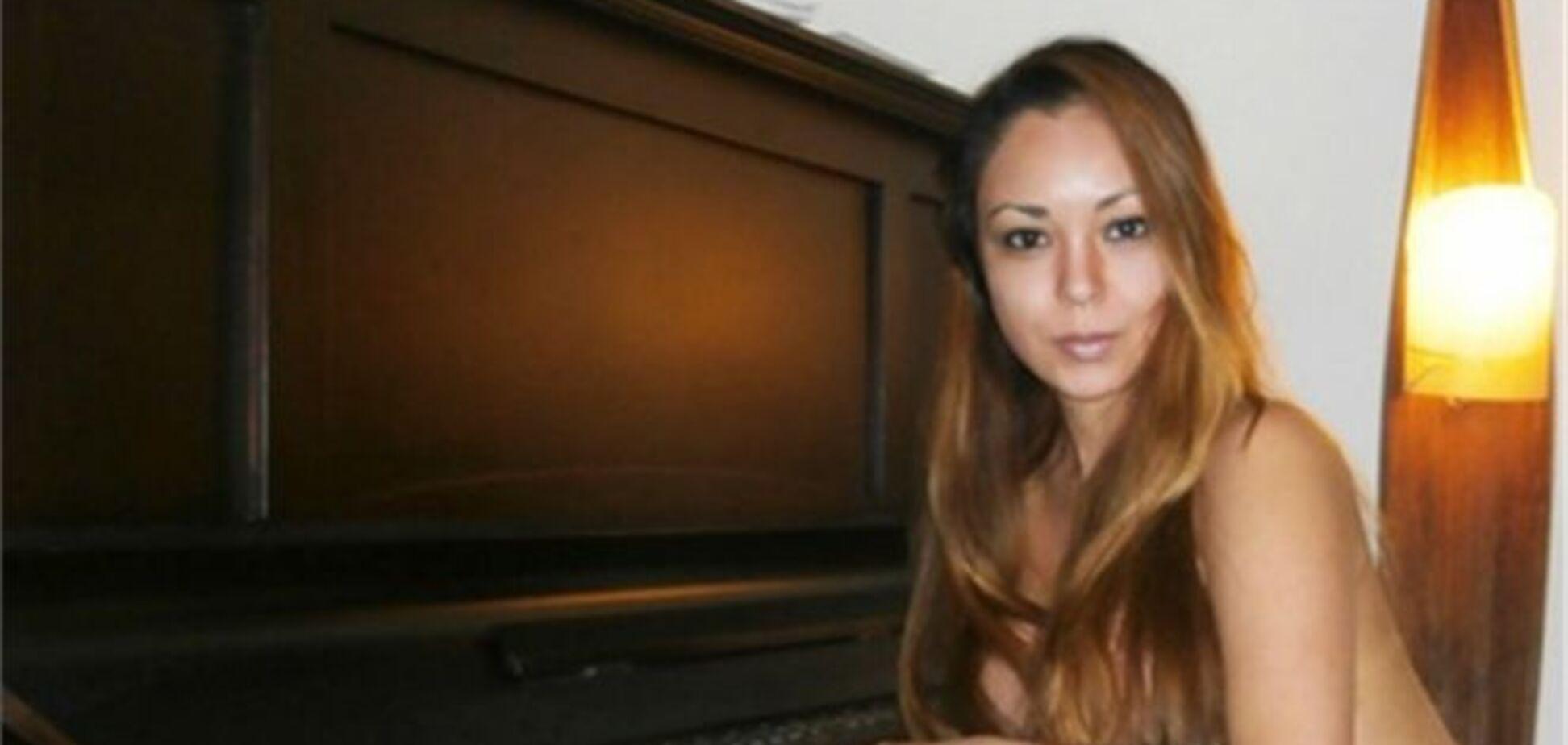 Гола піаністка, яка виконала футбольний гімн, підірвала Інтернет