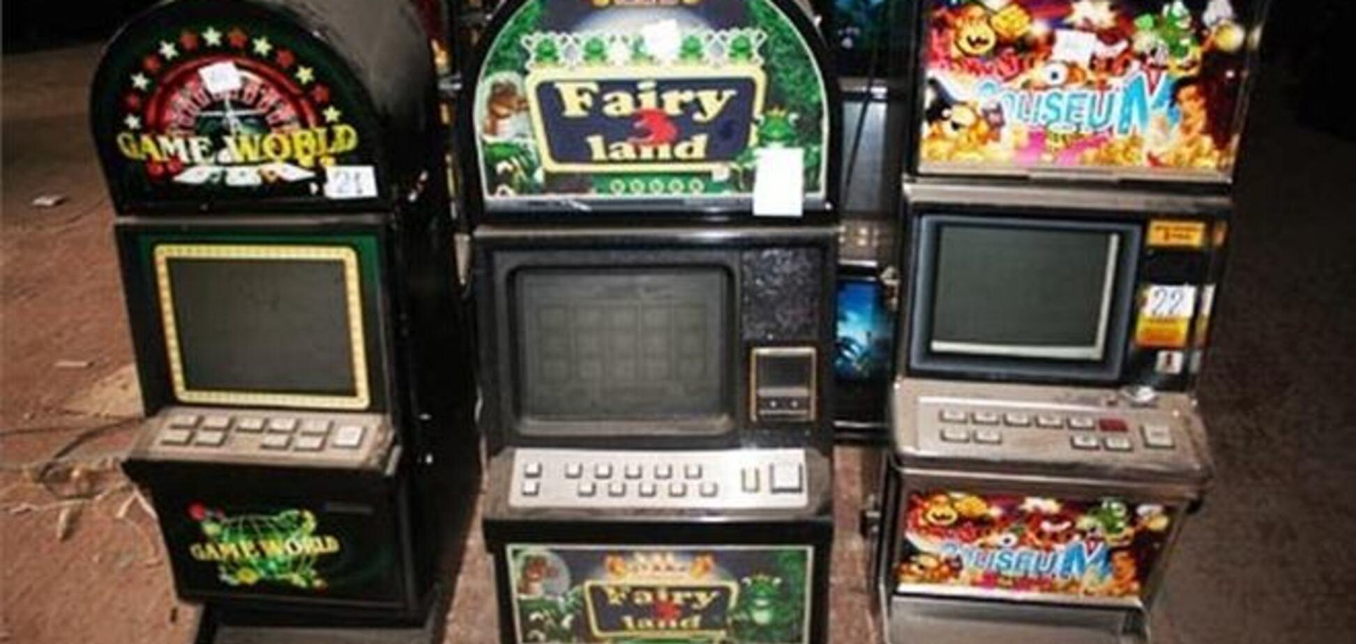 У Херсоні понад 500 ігрових автоматів розчавили бульдозером. Відео