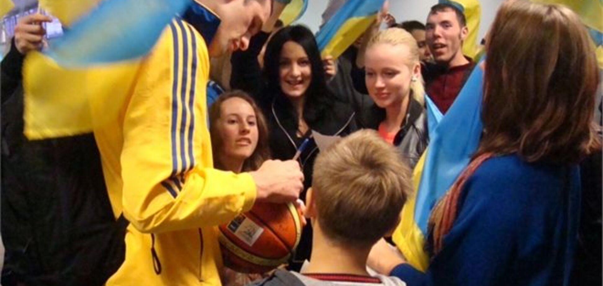 Сборную Украины в аэропорту встречали десятки болельщиков