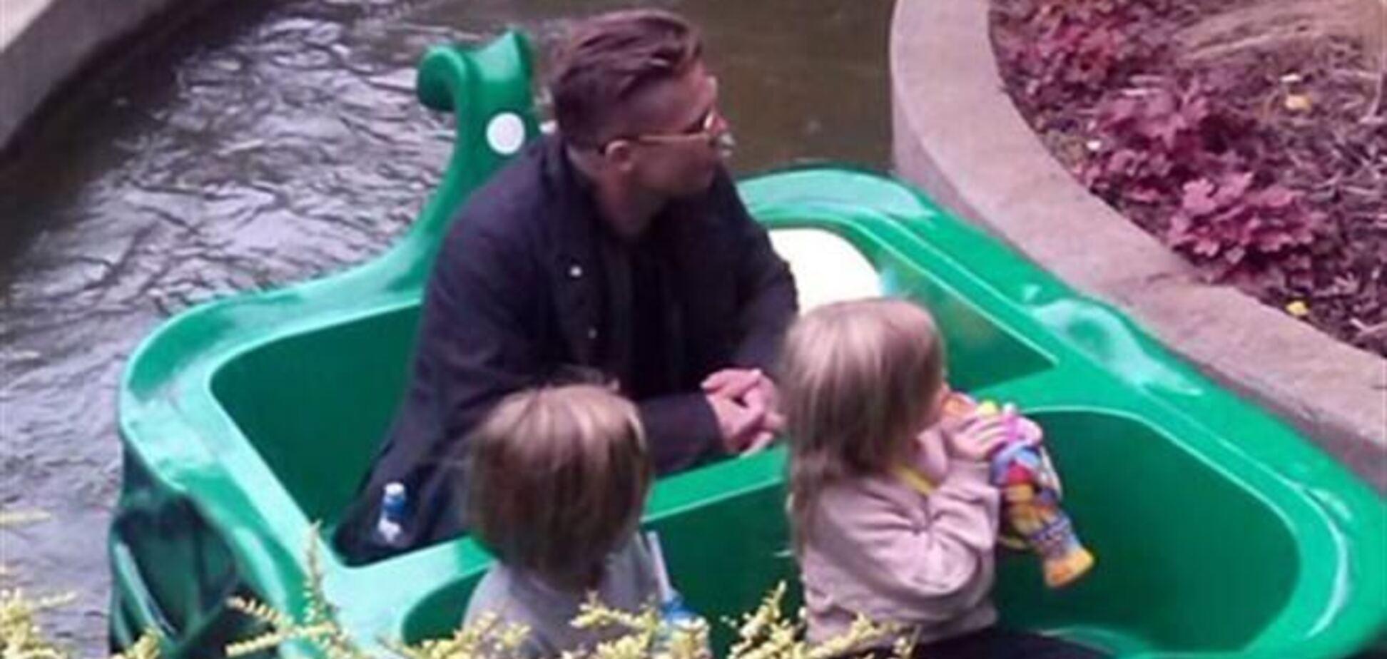 Брэд Питт веселится с близняшками в Legoland