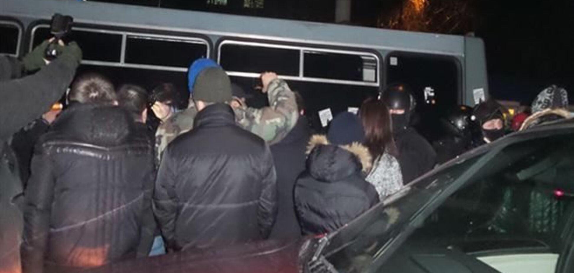 В драке с 'Беркутом' пострадали более 15 человек, среди них – журналисты