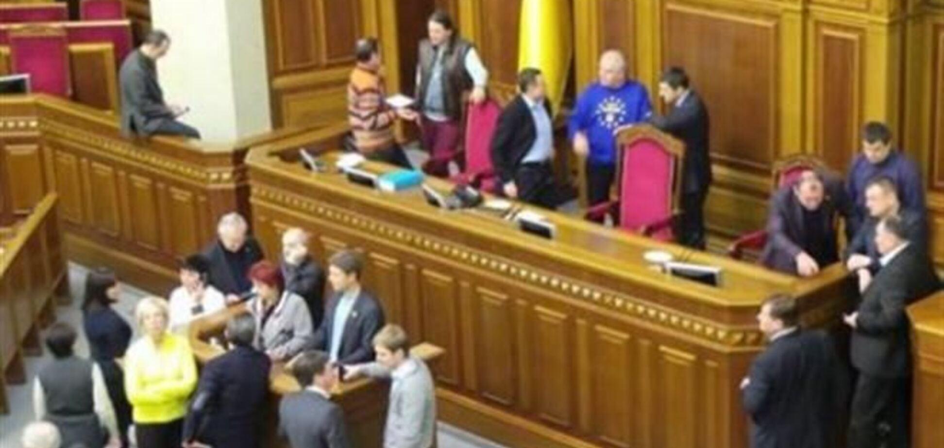Опозиція знову заблокувала трибуну Ради