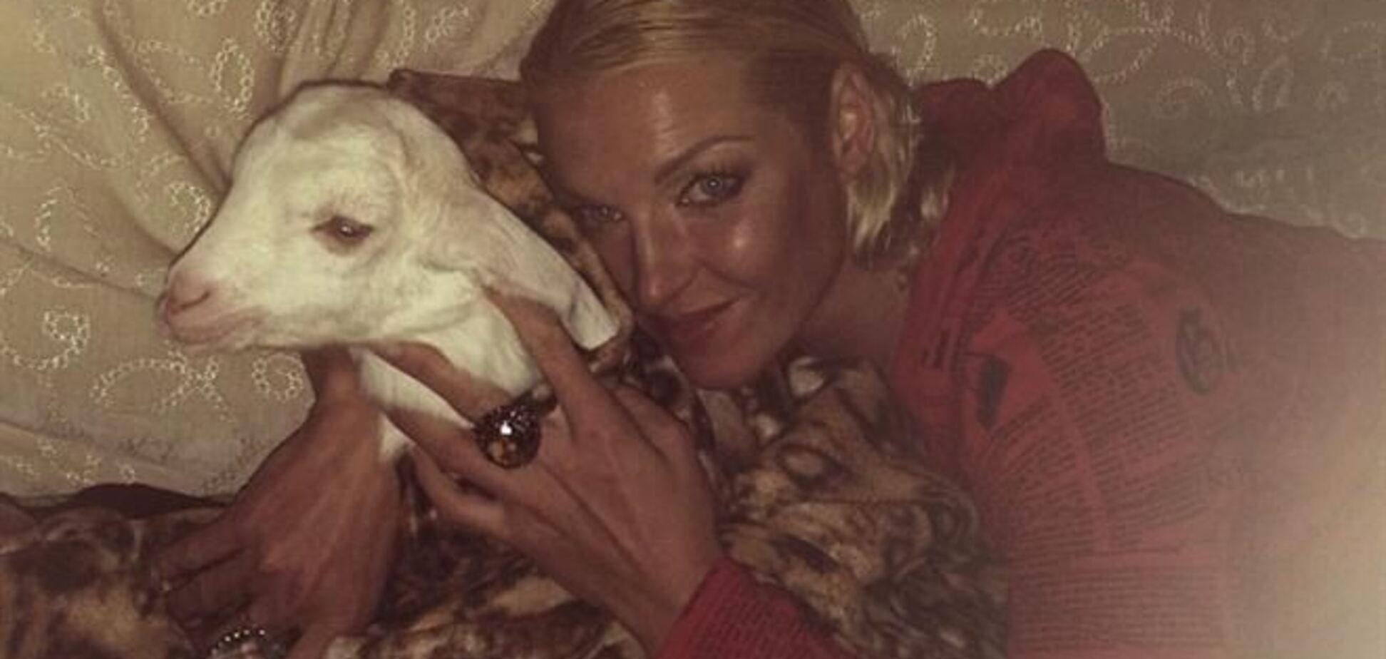 Волочкова показала фото в постели с козлом