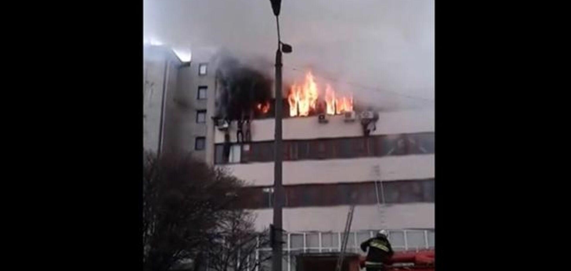 Шокуюче відео з 'Хартрона': пожежні навіть не розтягнули тент, коли люди вистрибували з вікон