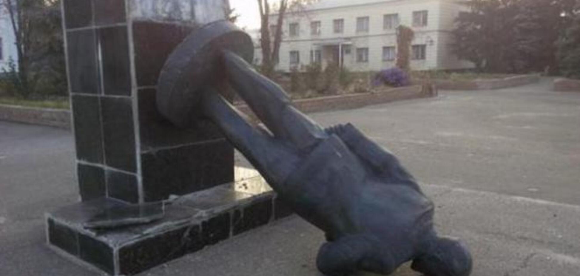 Ряды свергнутых Ленинов пополнились: повалены памятники на Луганщине и Николаевщине