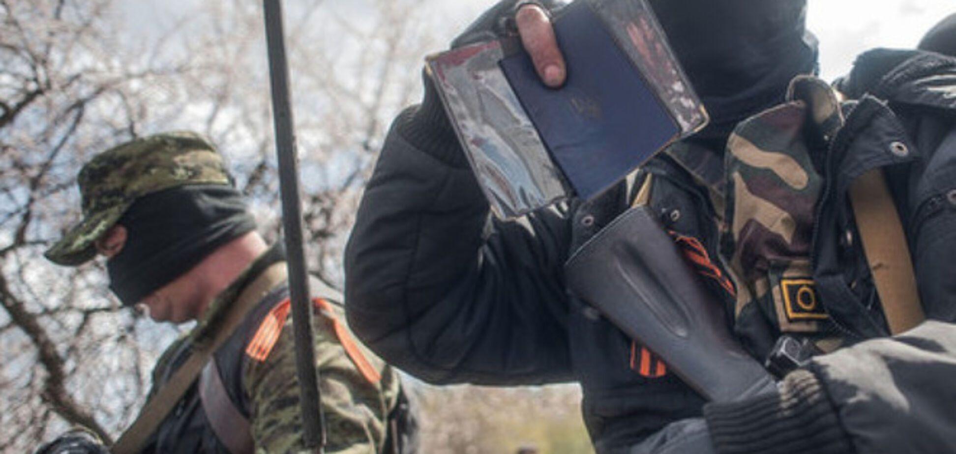 Террористы ставят пометки в паспорта жителей Донецка, чтобы те не покидали город