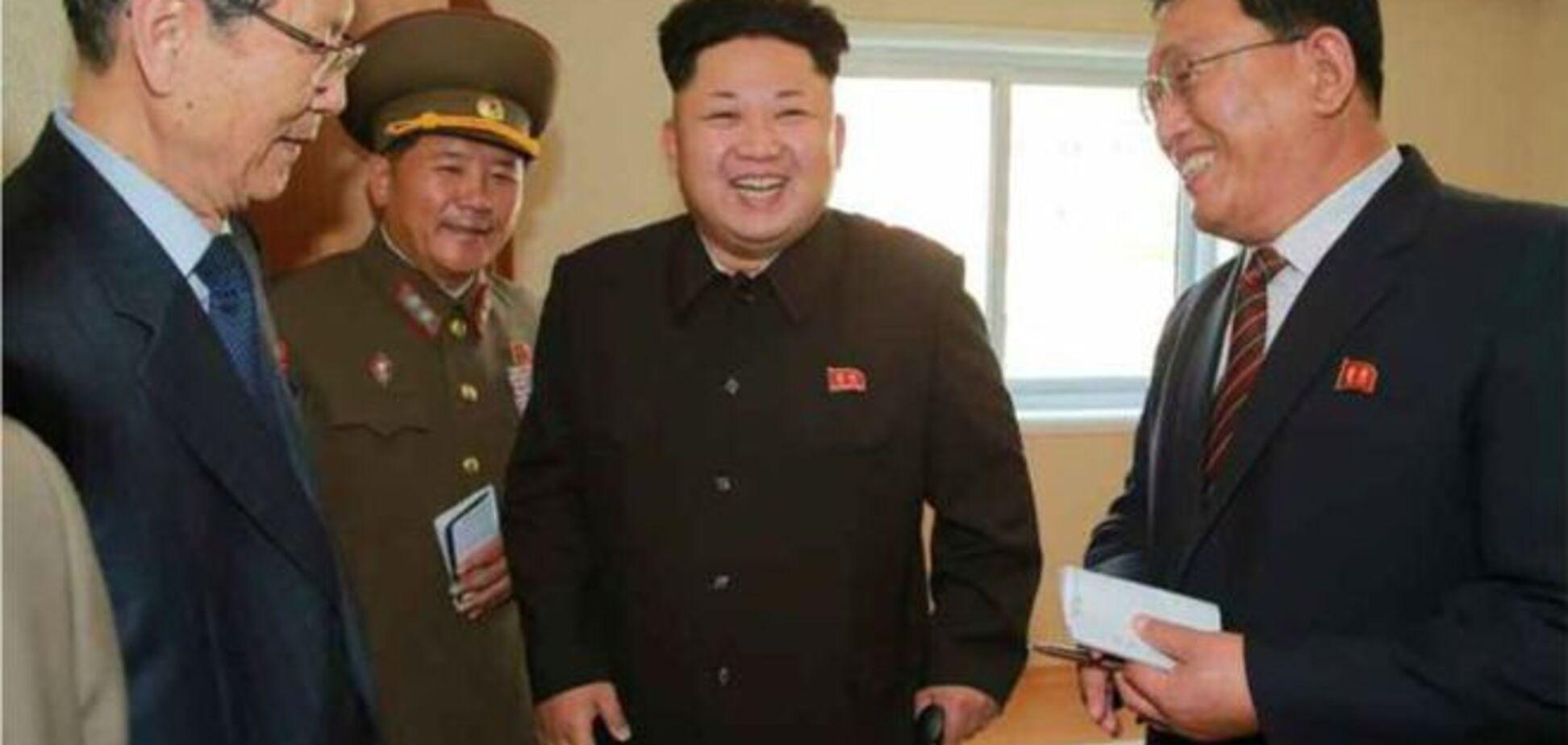 Лидер КНДР Ким Чен Ын во второй раз вышел в свет с тростью