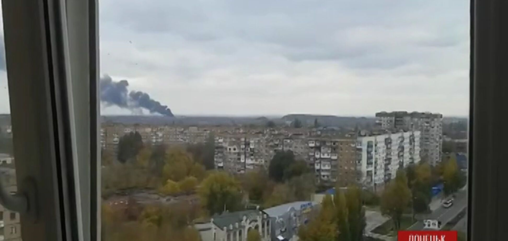 Появились видео мощных взрывов в Донецке: весь город затянуло дымом