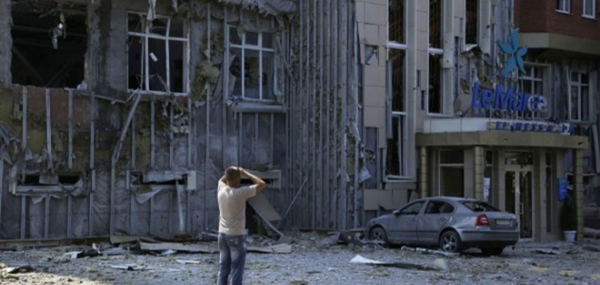 В Донецке не смолкают залпы и взрывы: разрушен жилой дом