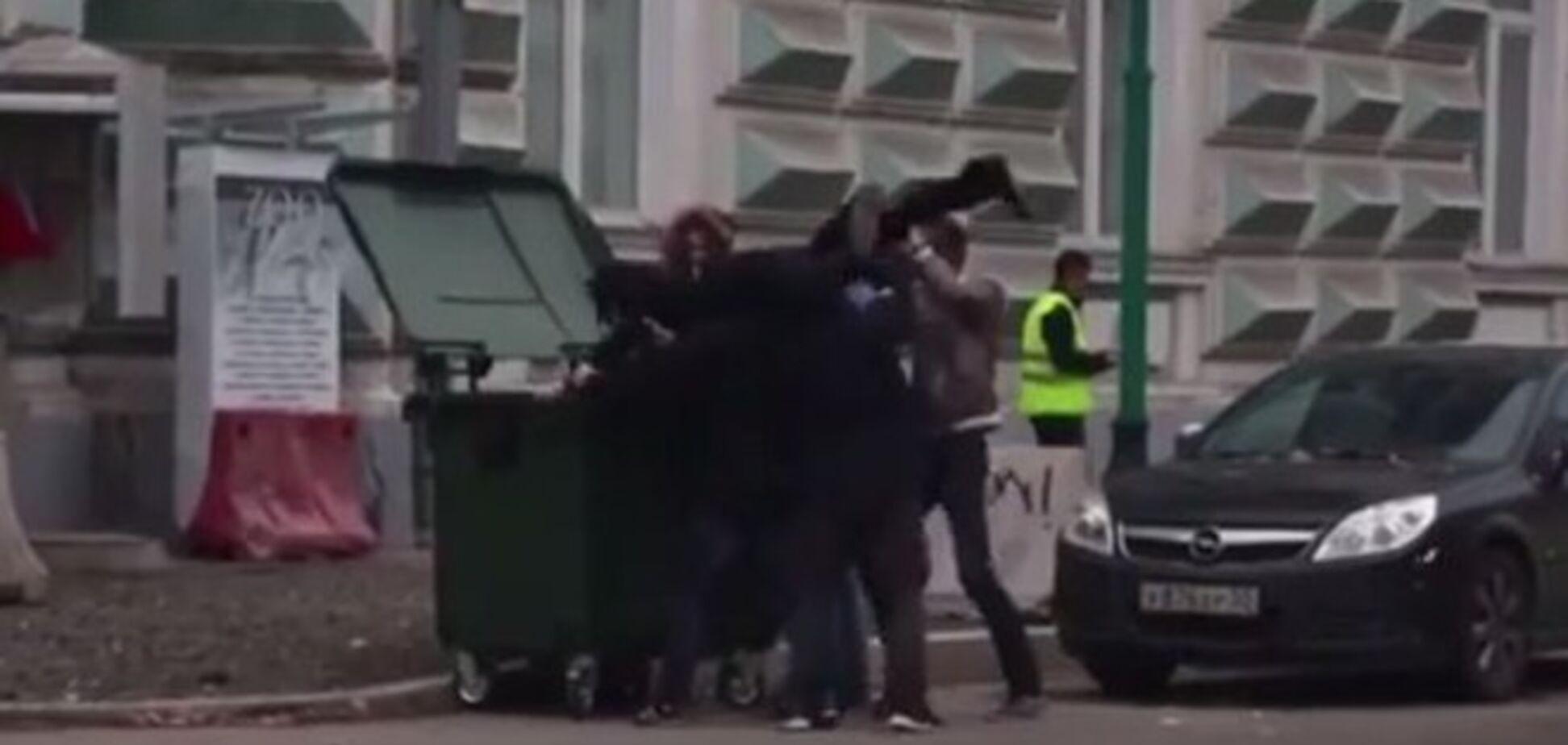 В Москве показательно бросили в мусорный бак мужчину в шляпе Макаревича