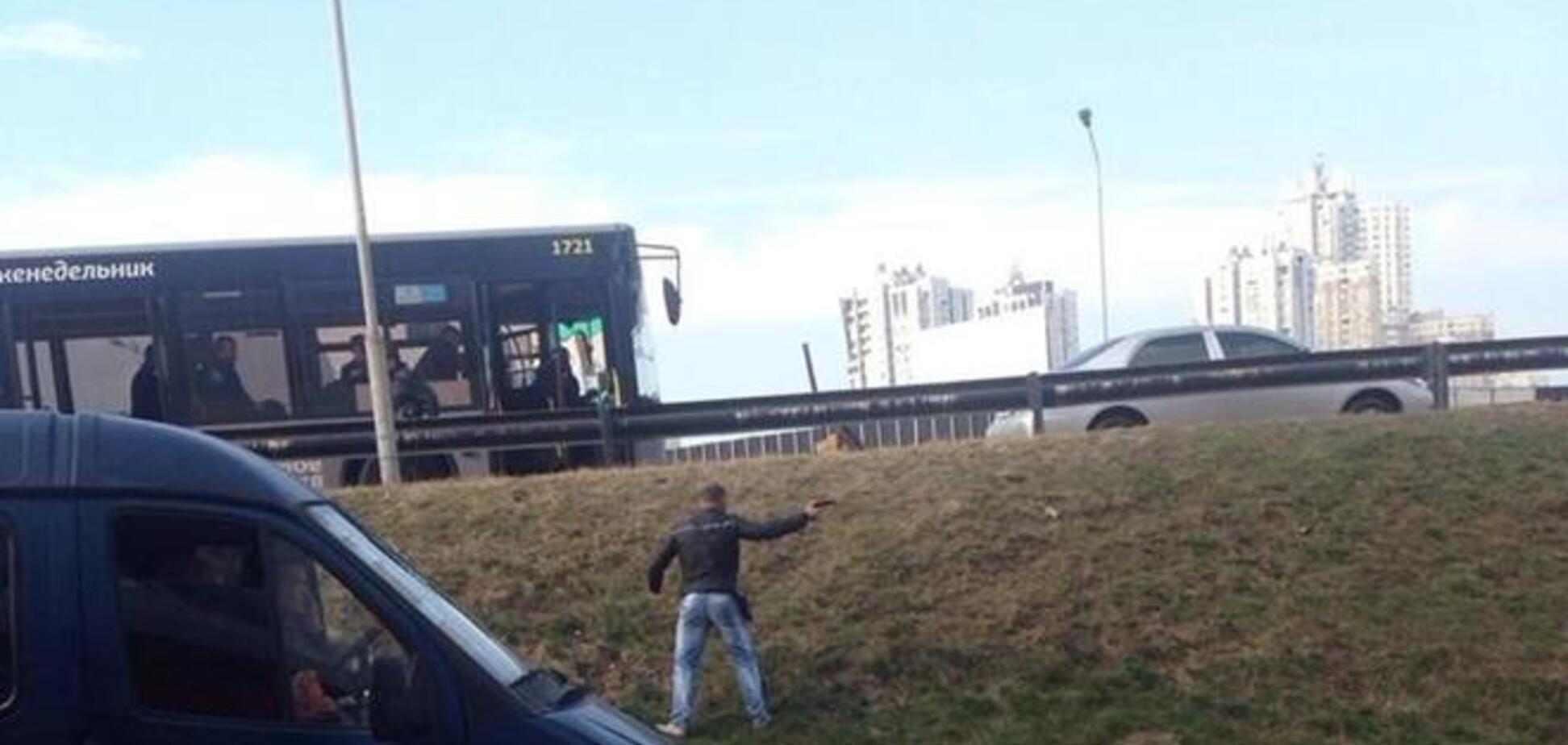 Киевские власти рассказали, как люди с оружием мешают демонтировать МАФы