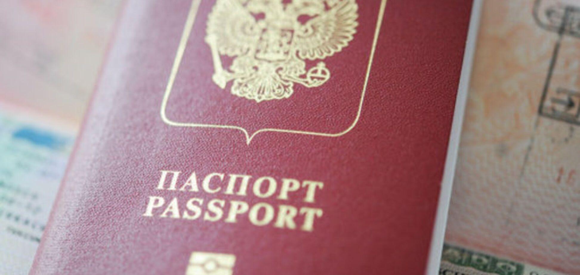Оккупанты в Крыму начинают выдавать российские загранпаспорта