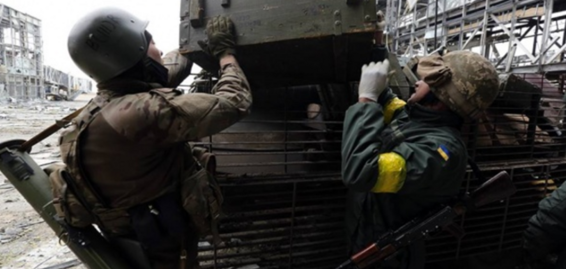 Появились жуткие фото, как 'киборги' из донецкого аэропорта отправляют в последний путь погибшего танкиста
