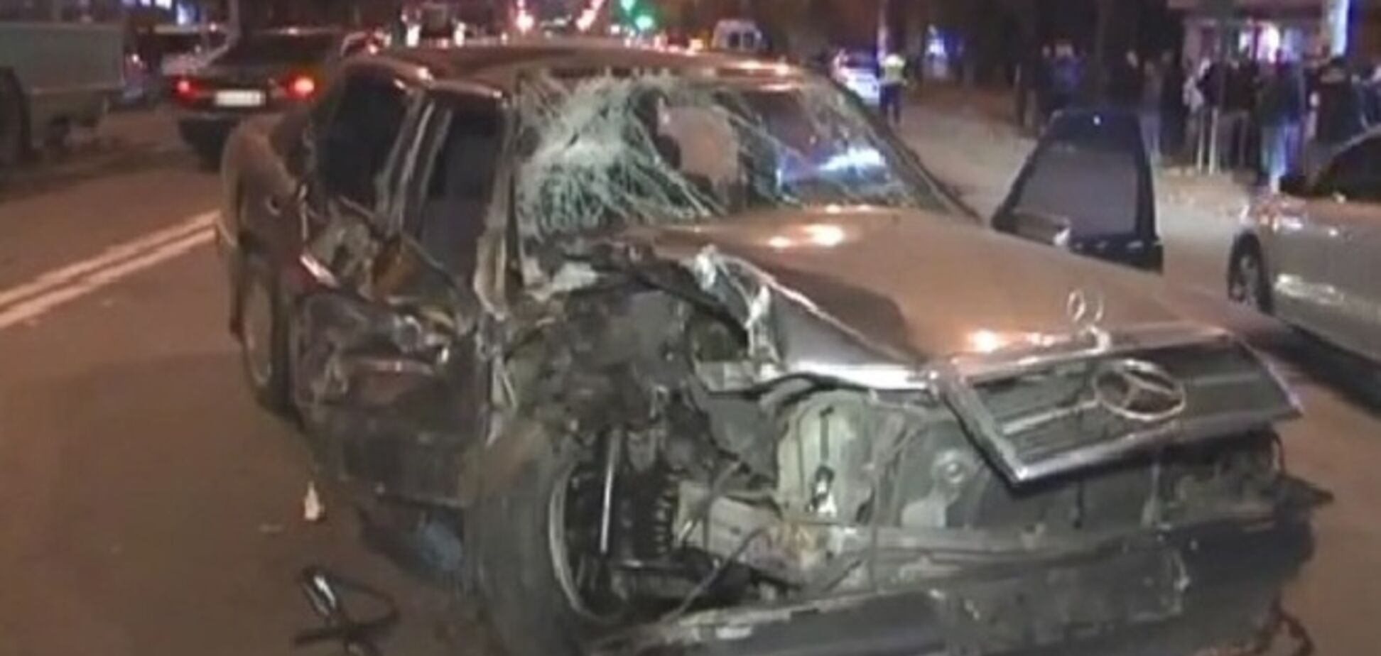 В Киеве иномарка протаранила троллейбус: водитель-лихач сбежал