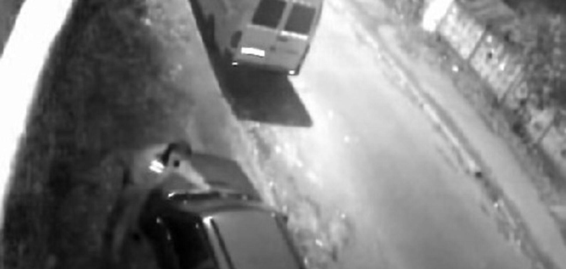 В сеть попало видео с киевским милиционером, который ночью украл дворники