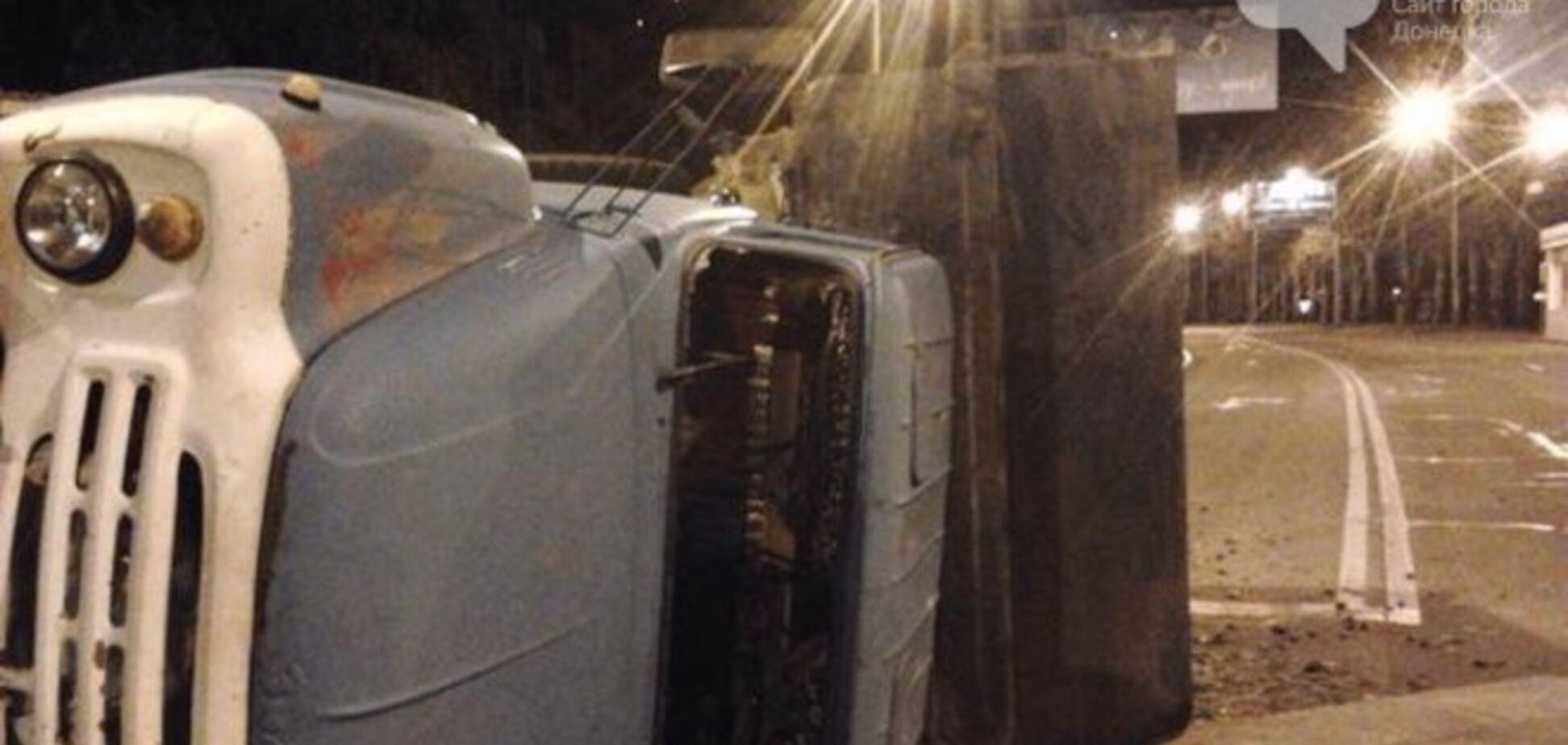 В центре Донецка боевики на танке сбили грузовик: опубликованы фото