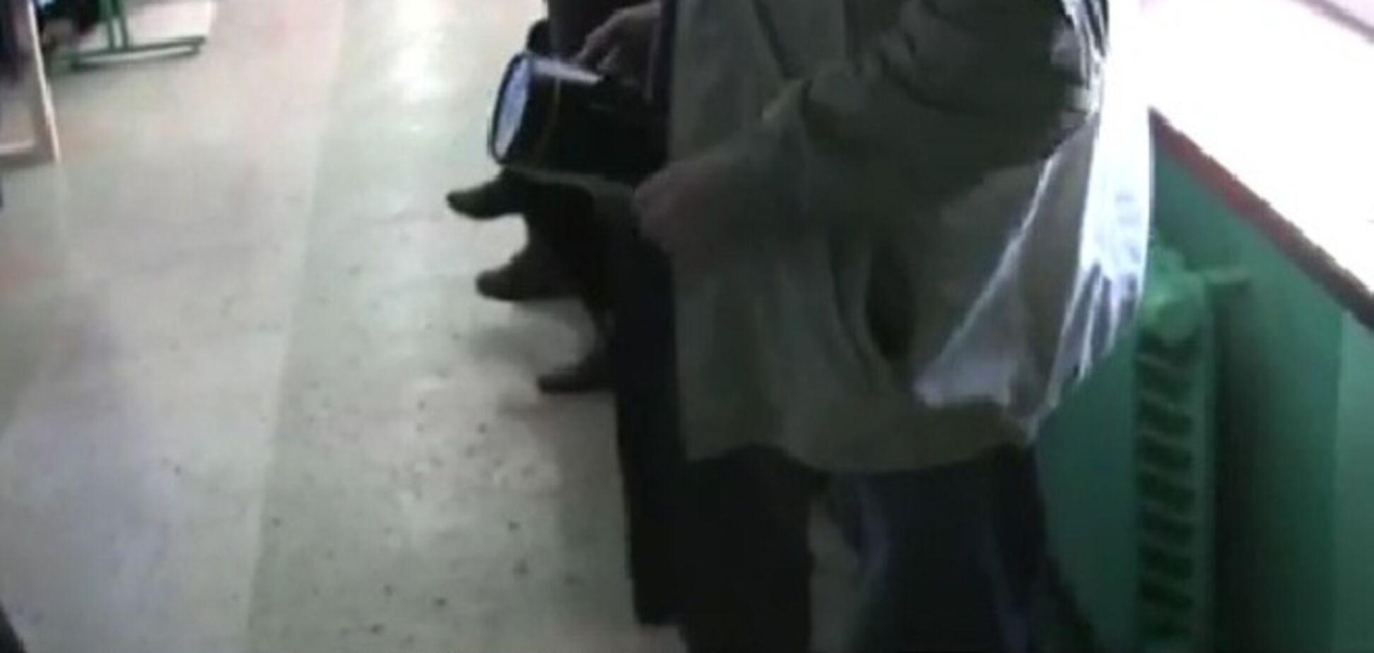 В Славянске избиратели голосуют с фонариками