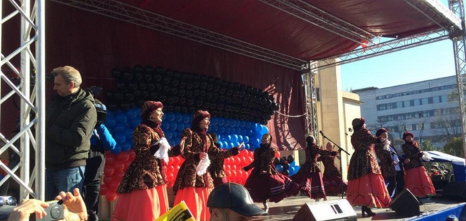 В Донецке террористы устроили концерт и согнали туда людей