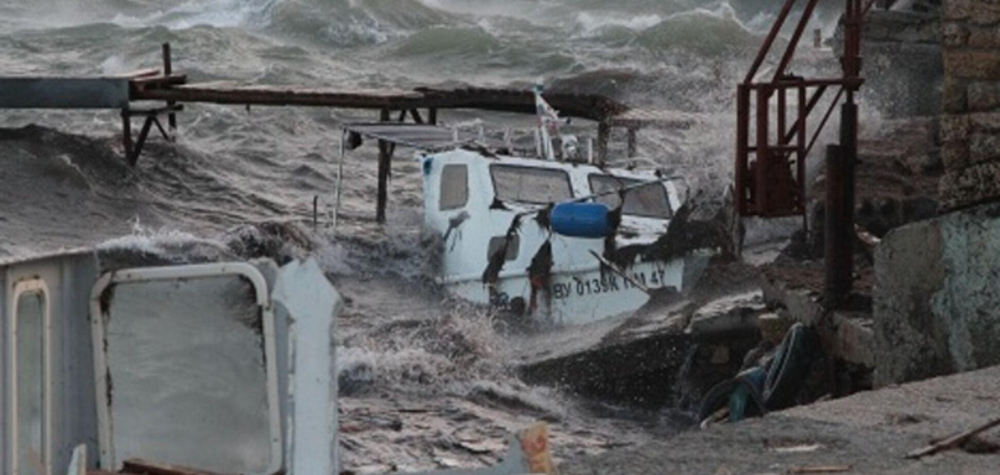 У берегов Евпатории разбушевался сильный шторм: затоплены несколько катеров и яхта