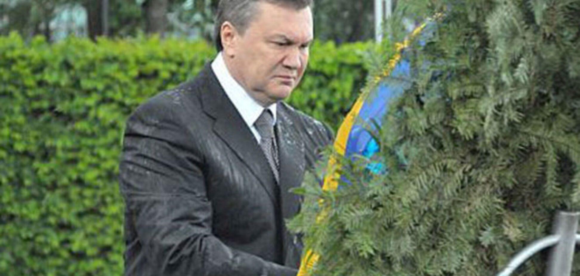 За срезанную ленту с венка Януковича Украина заплатит пенсионерке 5000 евро