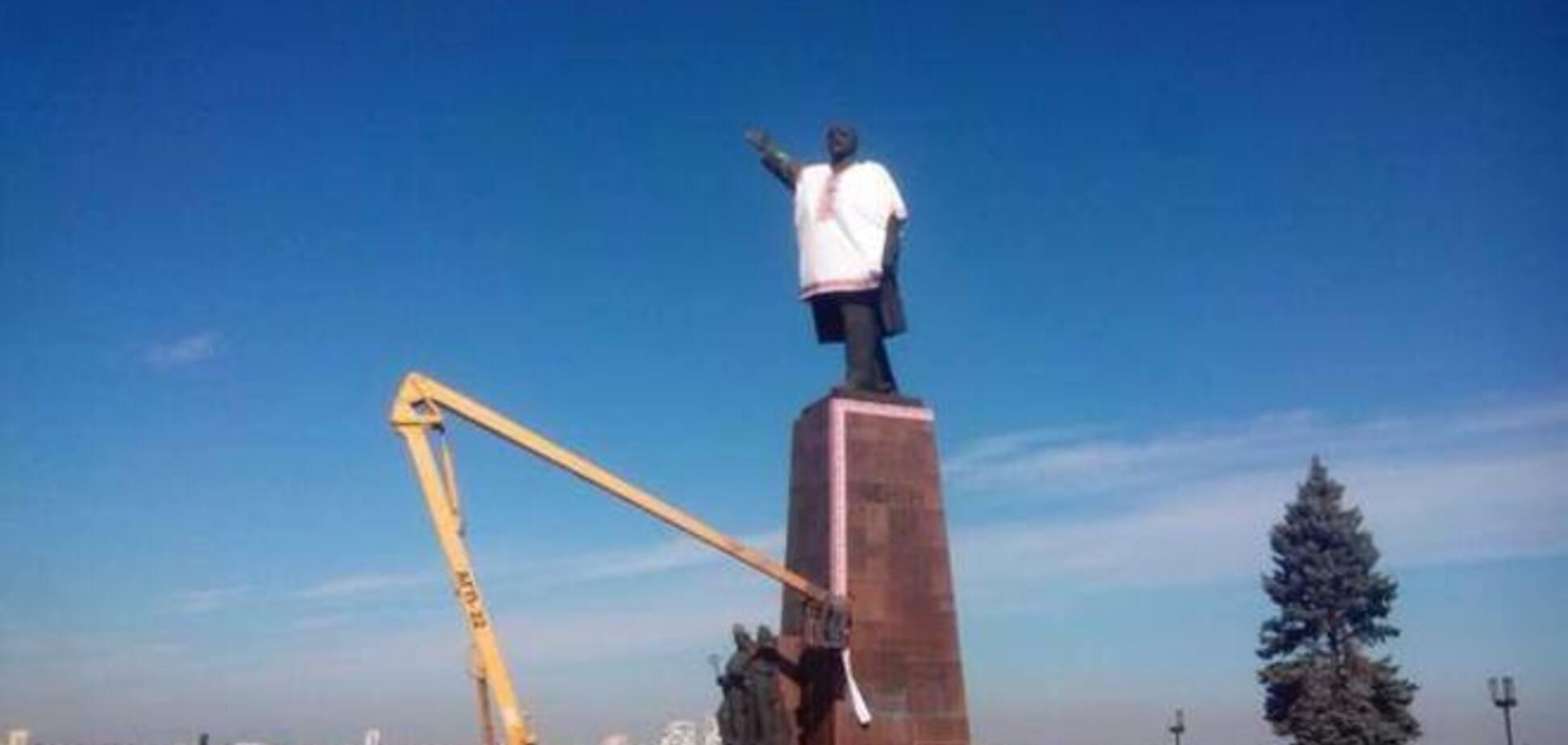 В Запорожье Ленин 'нарядился' в вышиванку, а в Харькове 'превратился' в крест