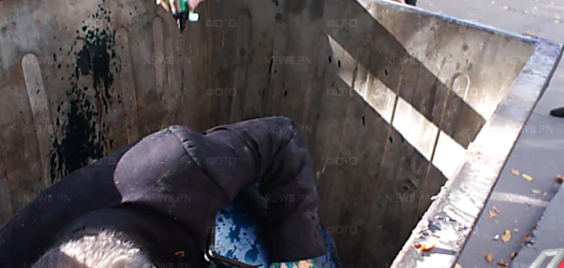 У Миколаєві чиновника, який влаштував п'яне ДТП, запхали в сміттєвий бак
