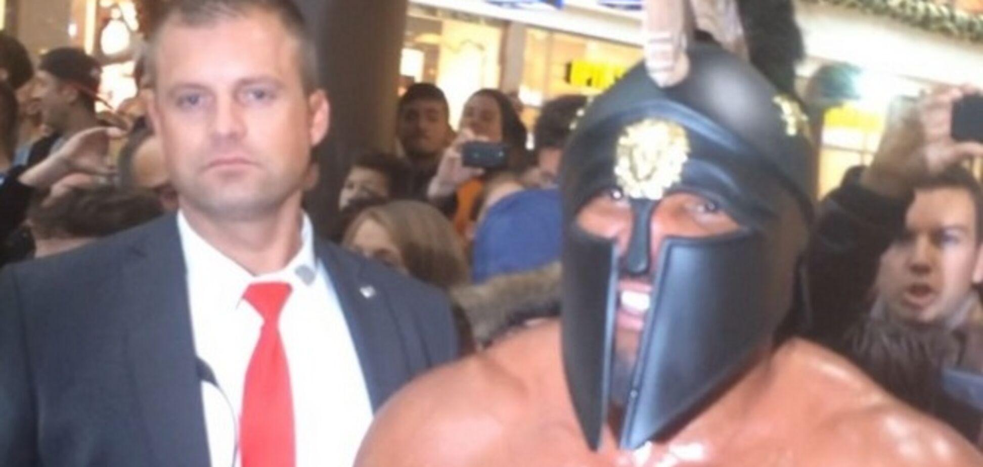 Бешеный 'гладиатор' пытался прорваться к Кличко: фото и видео