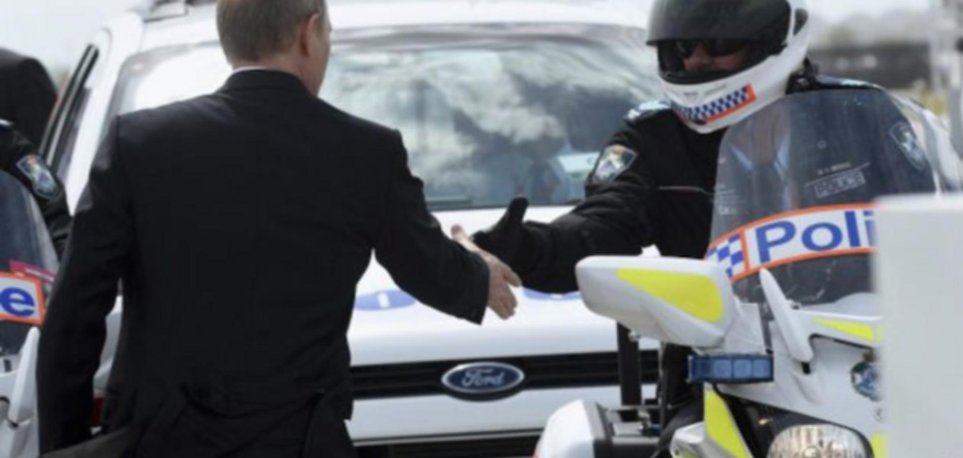 Одиноко одинокий одиночка: в сети высмеяли фото рукопожатия Путина и австралийского полицейского