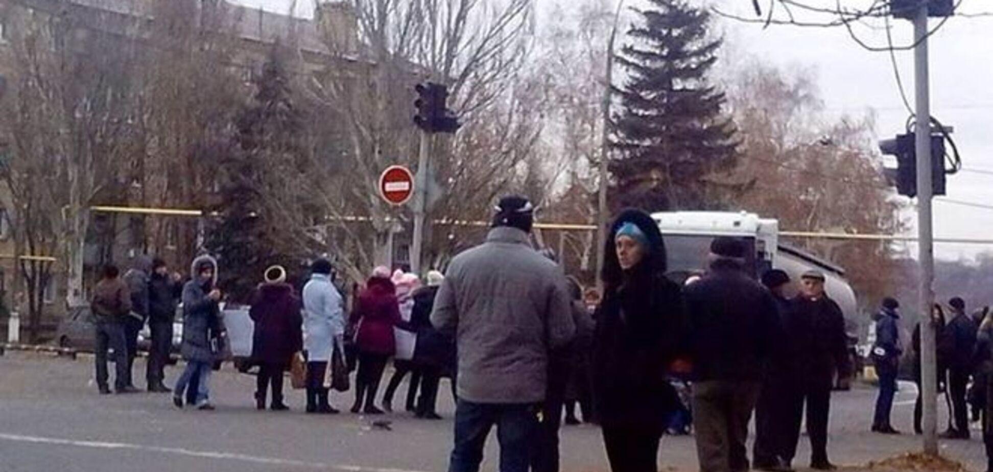В Торезе женщины с детьми вышли требовать выплат от боевиков: опубликовано фото
