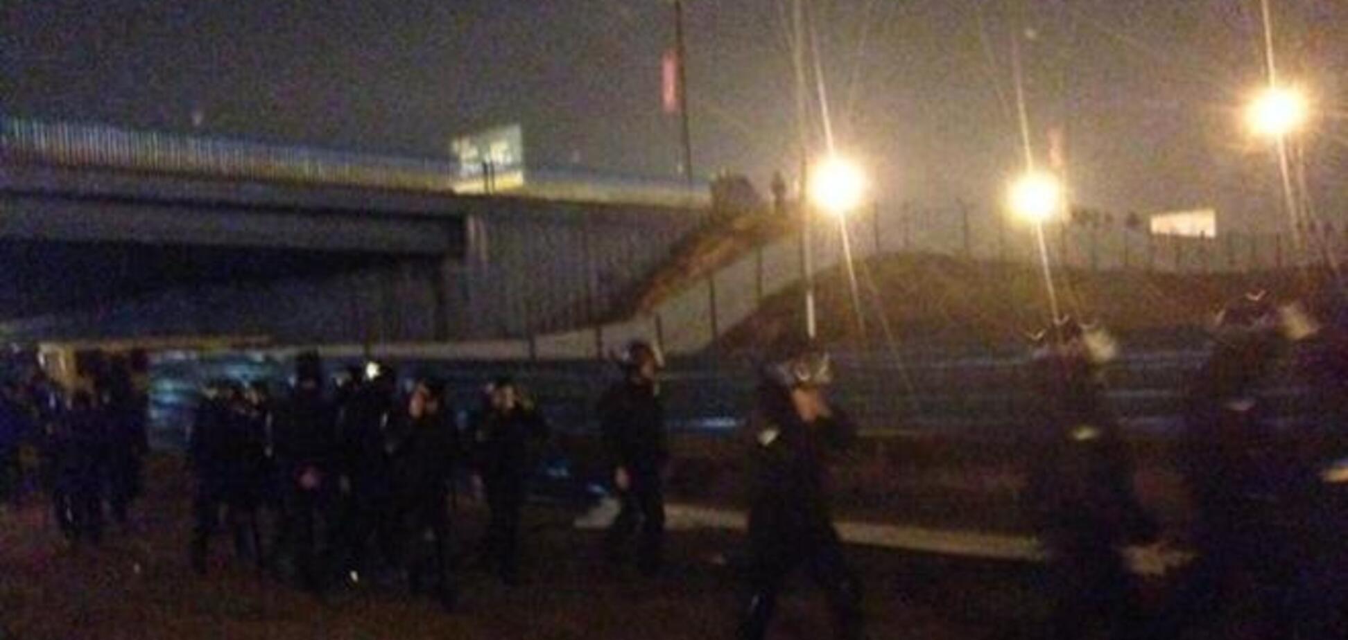 На Осокорках опять сожгли забор вокруг скандальной застройки: опубликованы фото