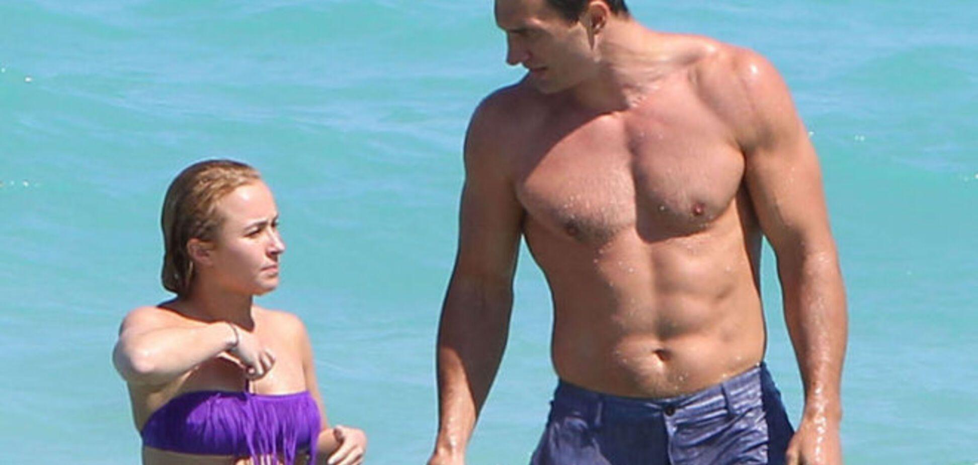 Невеста Кличко греет  на Гавайях целлюлит и позирует в бикини