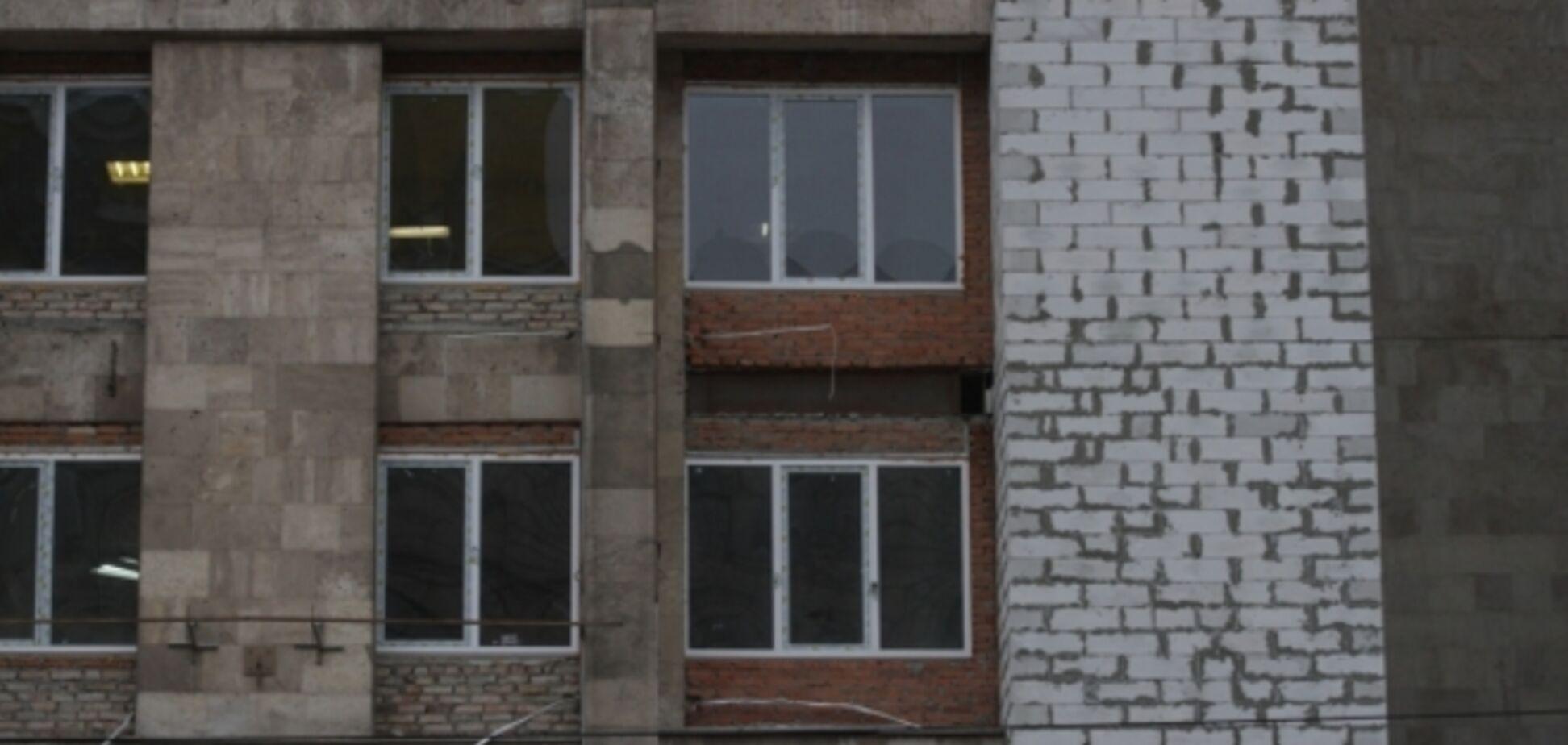 Дом профсоюзов на Майдане обрастает пристройками: фотофакт