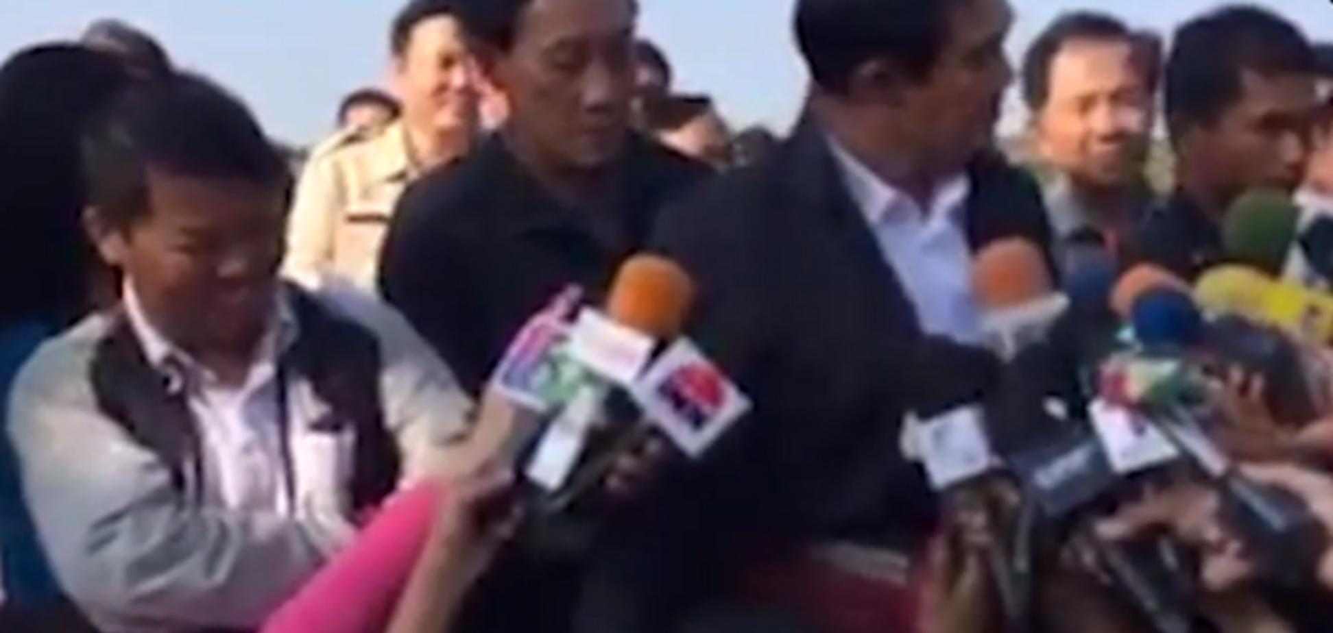 Премьер-министр Таиланда приласкал журналиста на брифинге