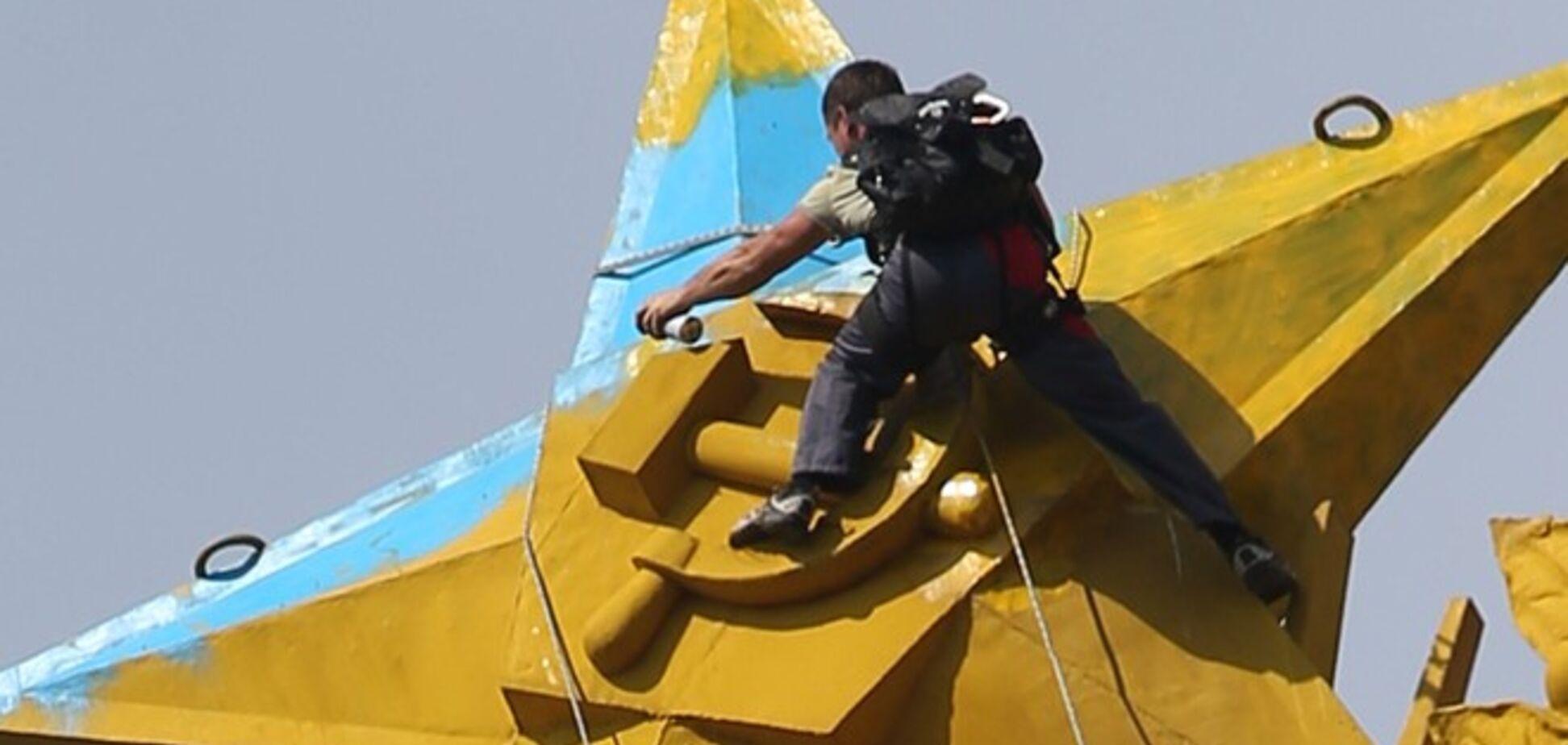 Слава Украине рассказал, как красил звезду в Москве в цвета украинского флага