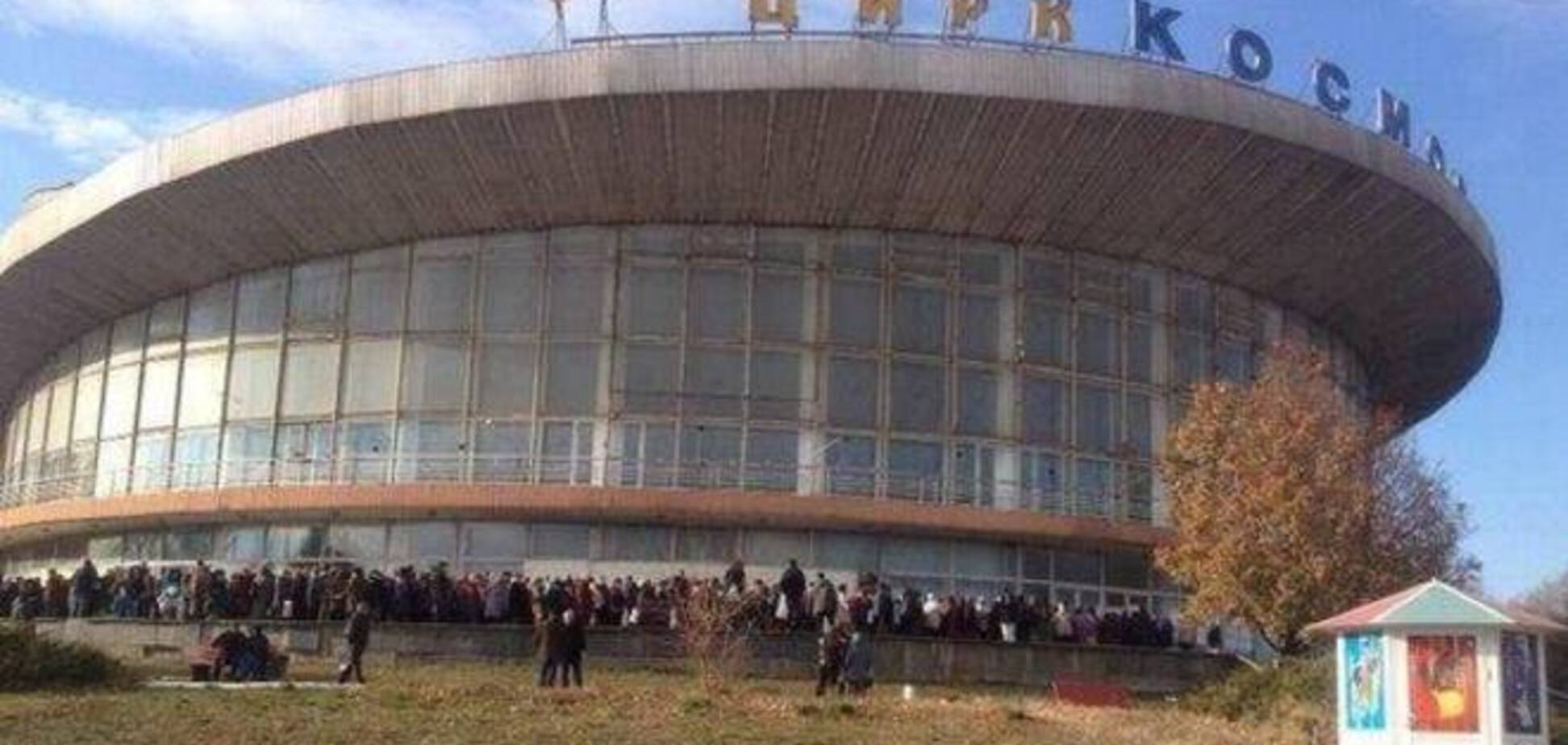 У цирка в Донецьку вишикувалася величезна черга за безкоштовною кашею