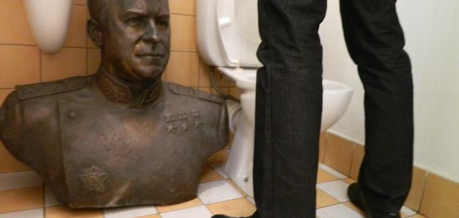 Украденный в Одессе бюст Жукова нашелся в туалете: опубликовано фото