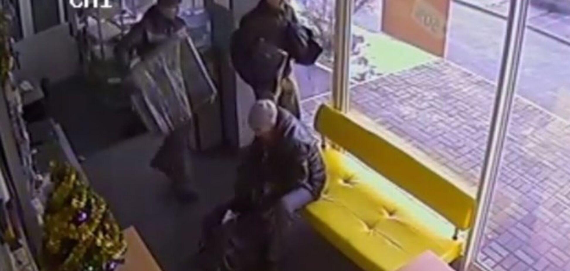 В Киеве ограбили сервисный центр на глазах у прохожих: опубликовано видео