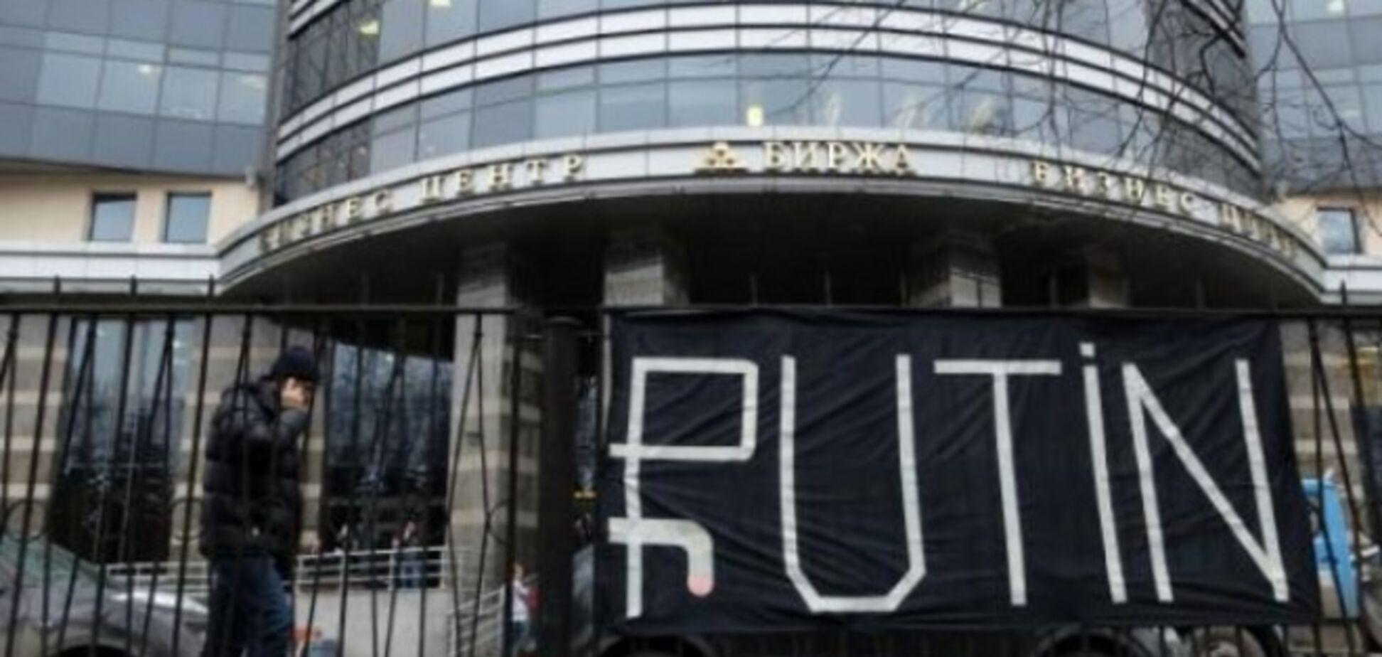 Все упало! В Санкт-Петербурге возле биржи вывесили баннер про рубль и Путина: фото плаката