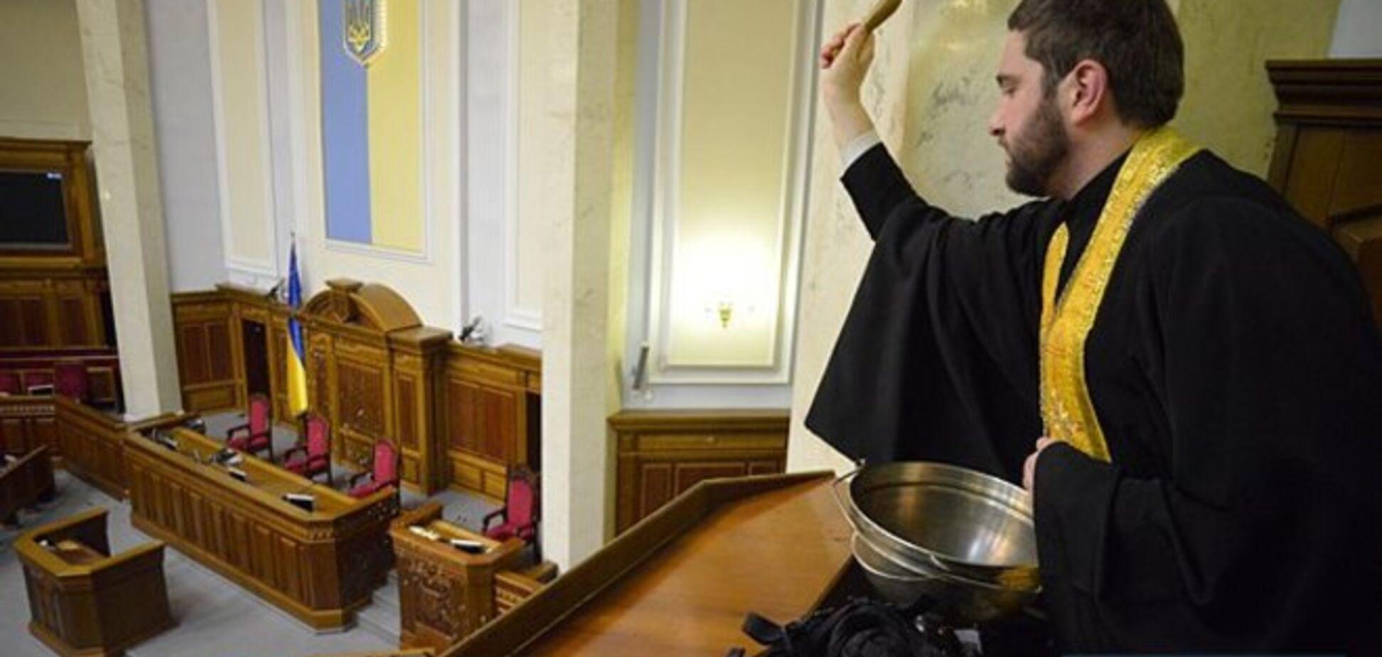Священник в Раде окропил святой водой места, где раньше сидели депутаты от КПУ: опубликованы фото