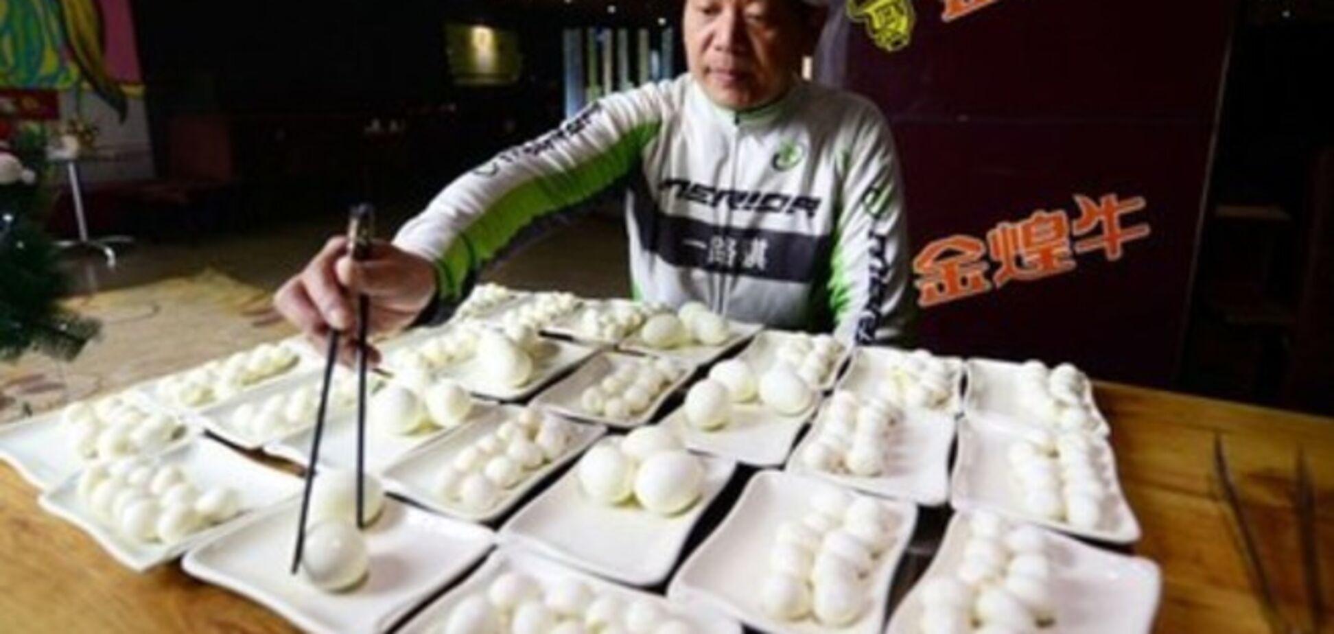 И это еще не предел. Китаец в колпаке Санта-Клауса съел 160 яиц