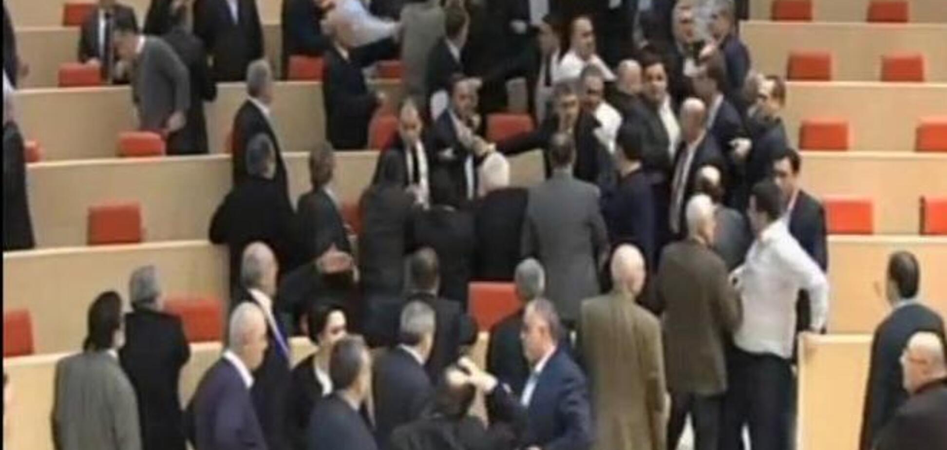 Драка в парламенте Грузии: в ход пошли вырванные из столов микрофоны